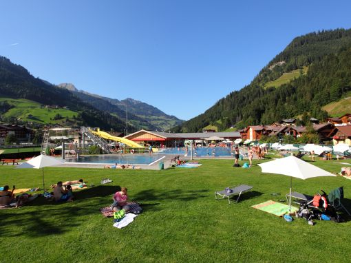improvisierter Zeltplatz in Grossarl neben dem Schwimmbad